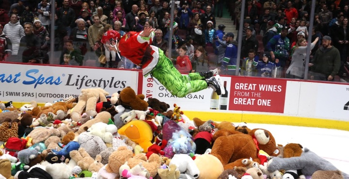 vancouver-giants-teddy-bear-toss